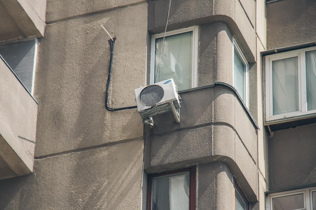 Падая пенсионерка зацепила кондиционер установленный на 6 этаже