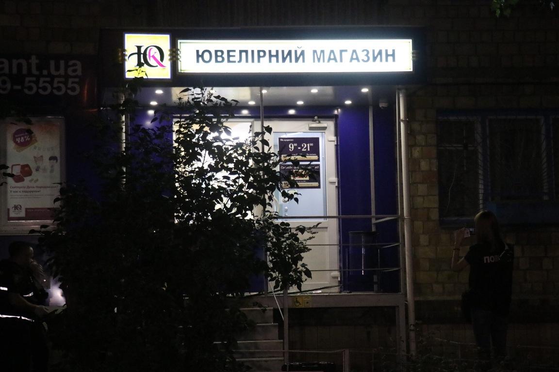 Злоумышленники обокрали магазин, убили охранника и скрылись с места преступления