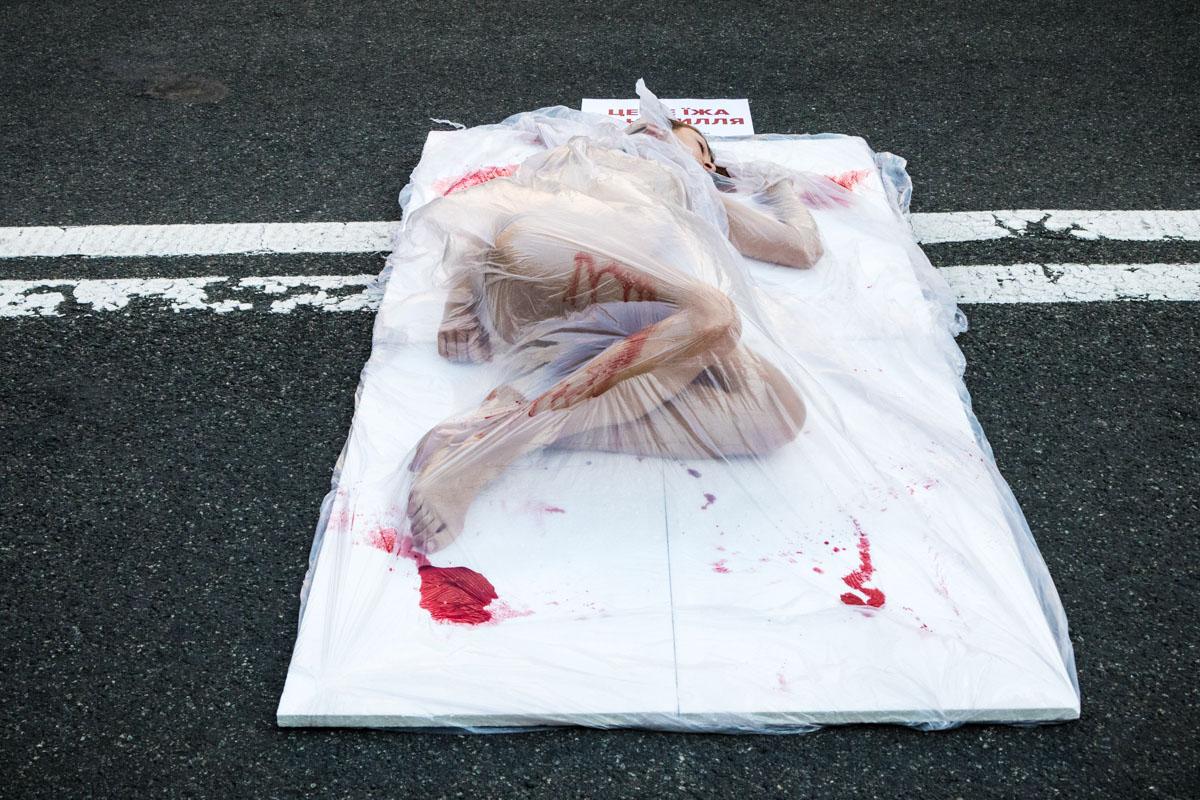 Они символизировали мясо животных, которых убивают и продают в магазинах в похожих упаковках