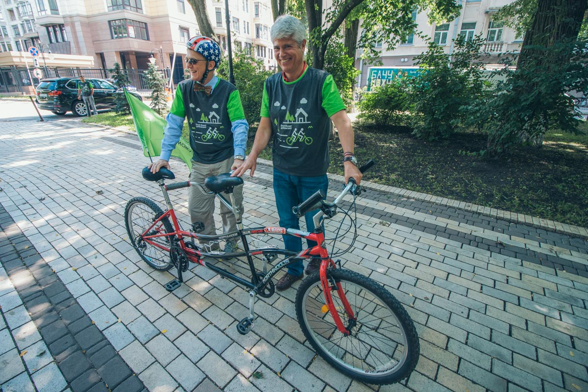 За руль велосипедов сели посол Швейцарии Гийом Шойрер и временный поверенный в делах США в Украине Джордж Кент
