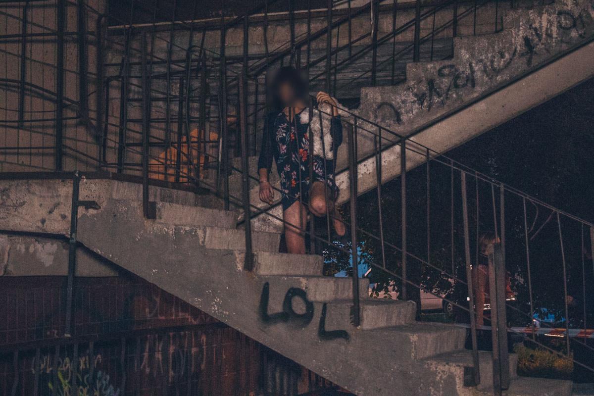Она повесилась на лестничном марше пожарной лестнице