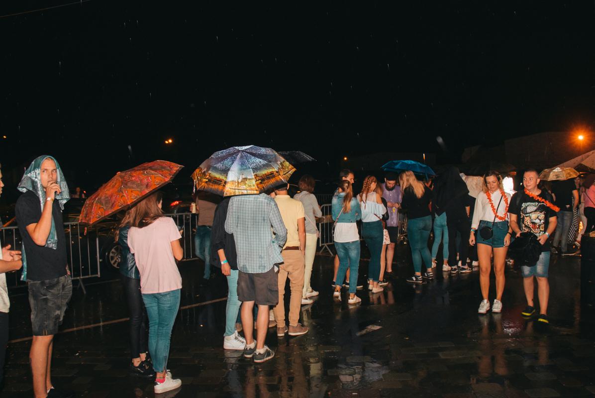А зонтики в эту ночь были как аксессуар