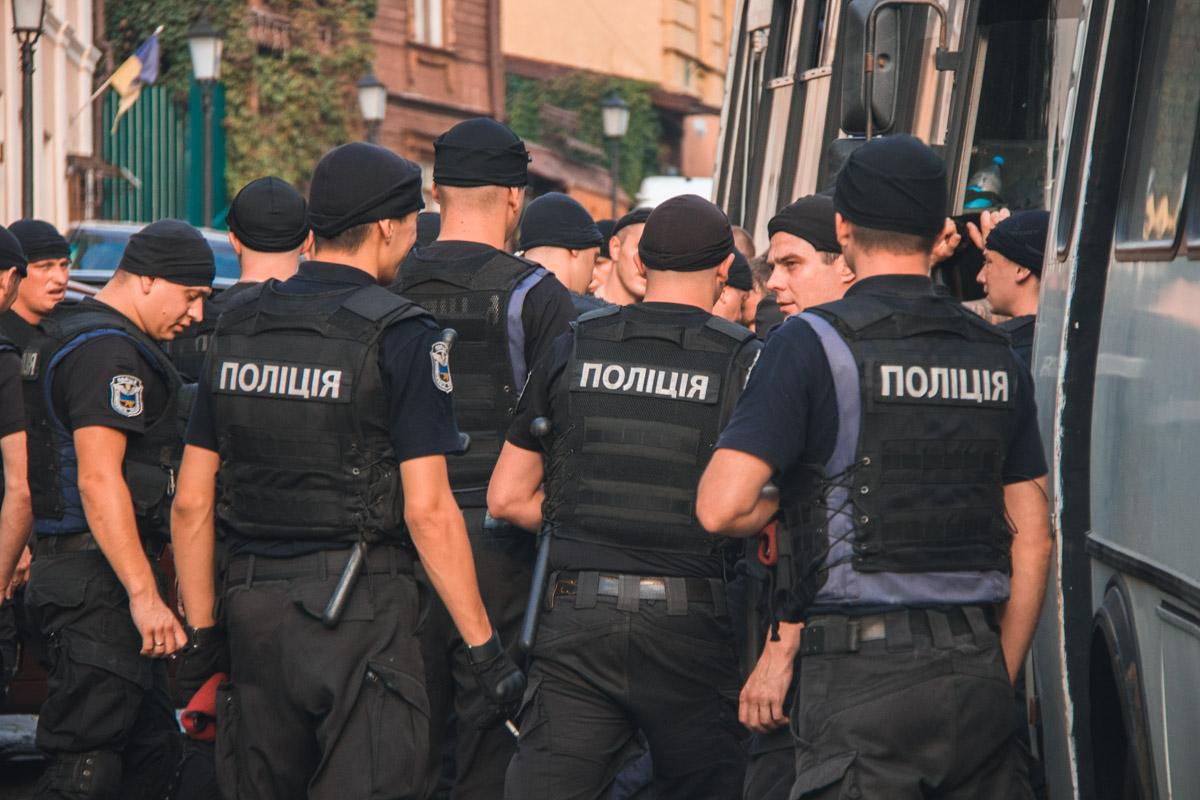 На помощь патрульным прибыли отряды специального назначения
