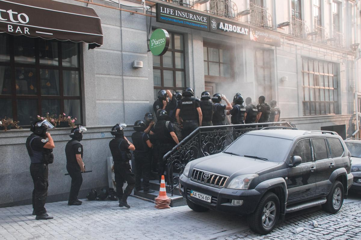 """Полицейским давали серьезный отпор и """"поливали"""" их из огнетушителя"""
