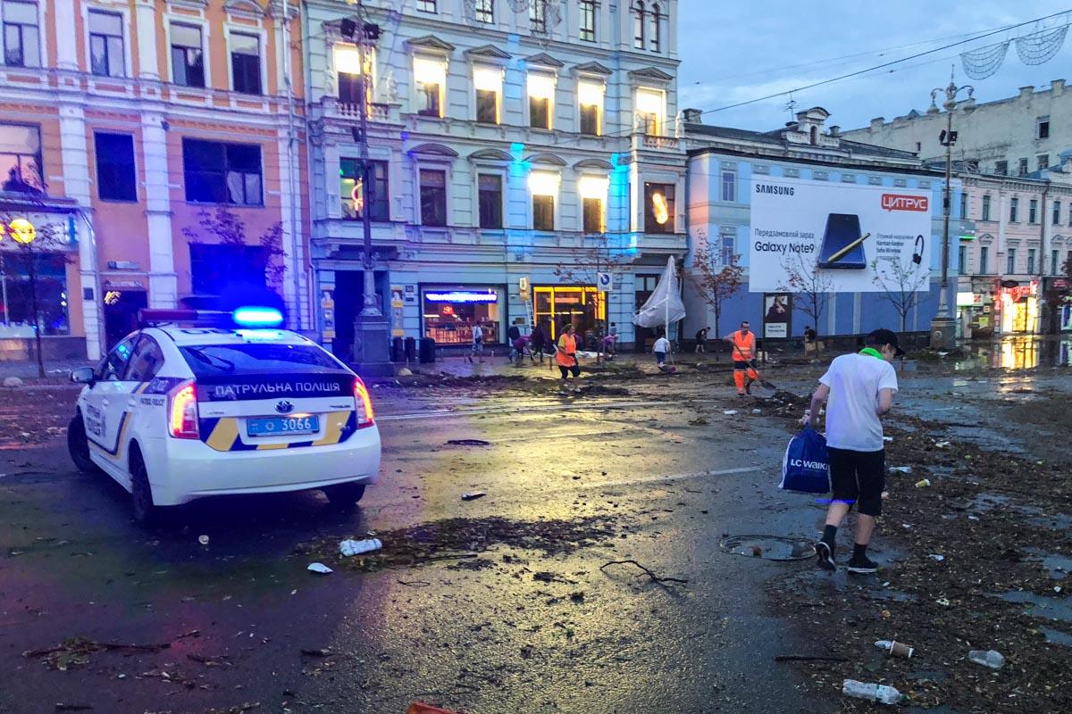 В ночь на 16 августа столицу накрыла гроза - бушевал сильный ветер и лил дождь с градом