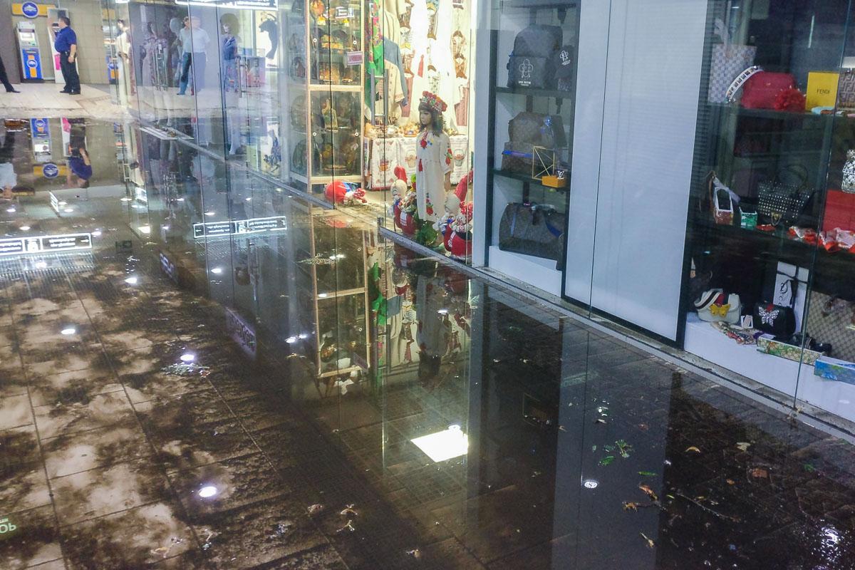 Вода нанесла грязь и мусор в переход и магазины