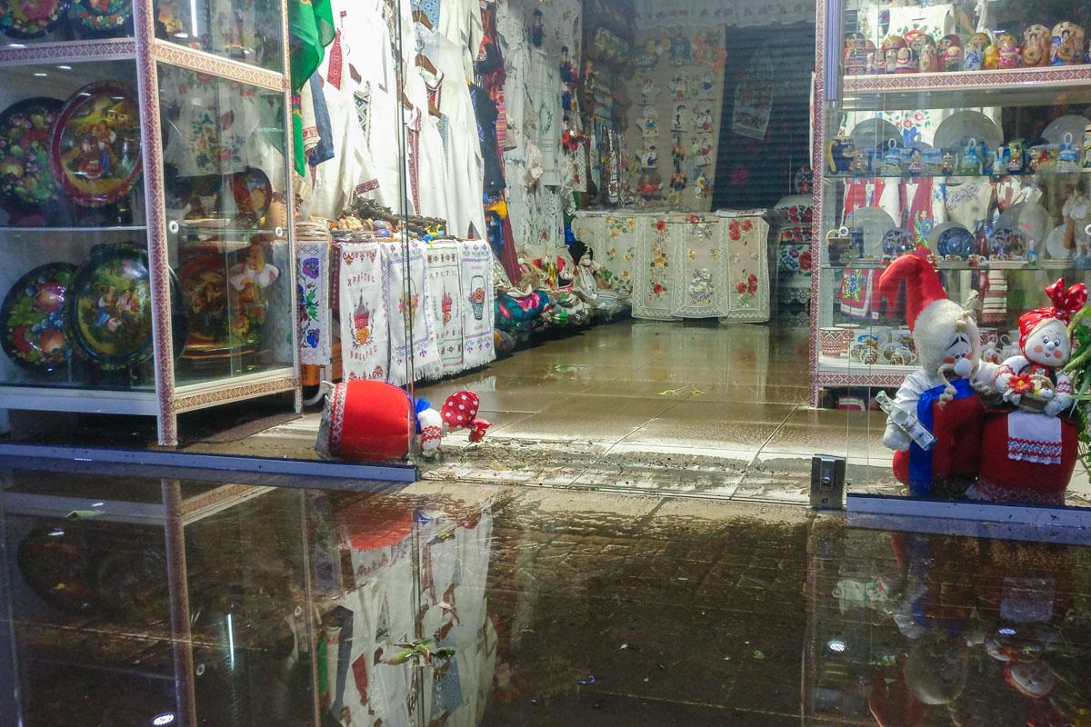 Вода проникла в помещения торговых точек и нанесла серьезный ущерб