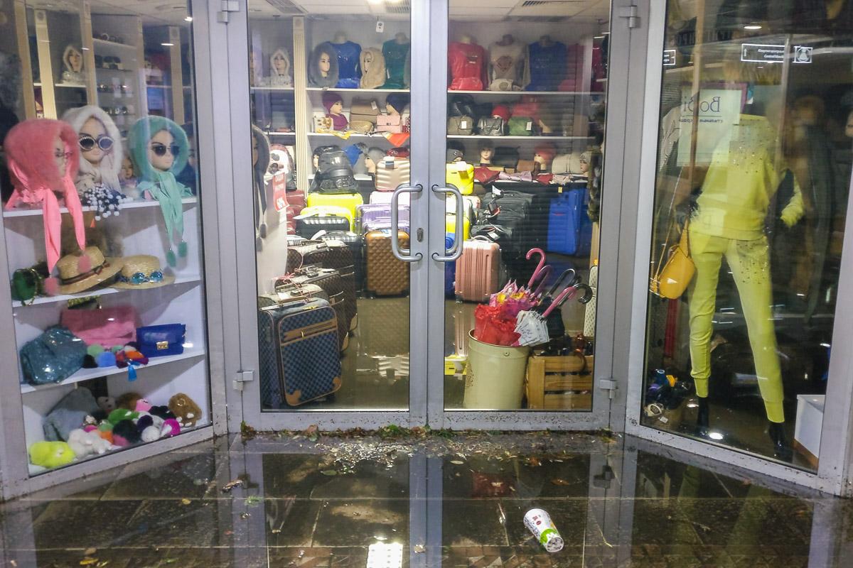 Магазины затоплены водой
