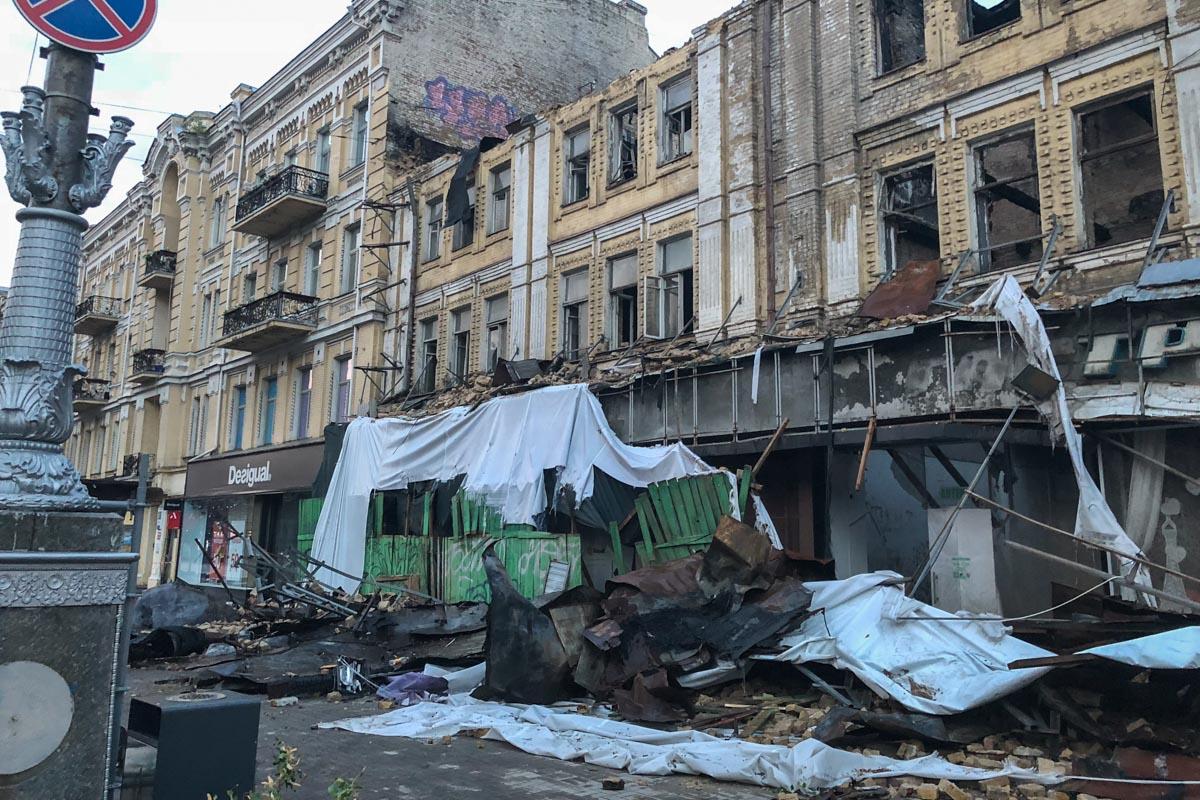 Ветер сдул полотно, которое прикрывало фасад сгоревшего бывшего центрального универмага