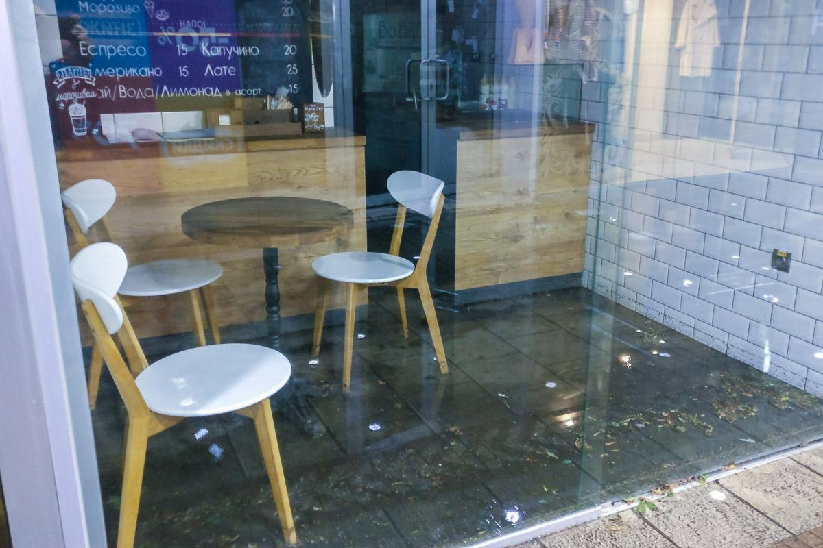Имущество магазинов плавает в грязной воде