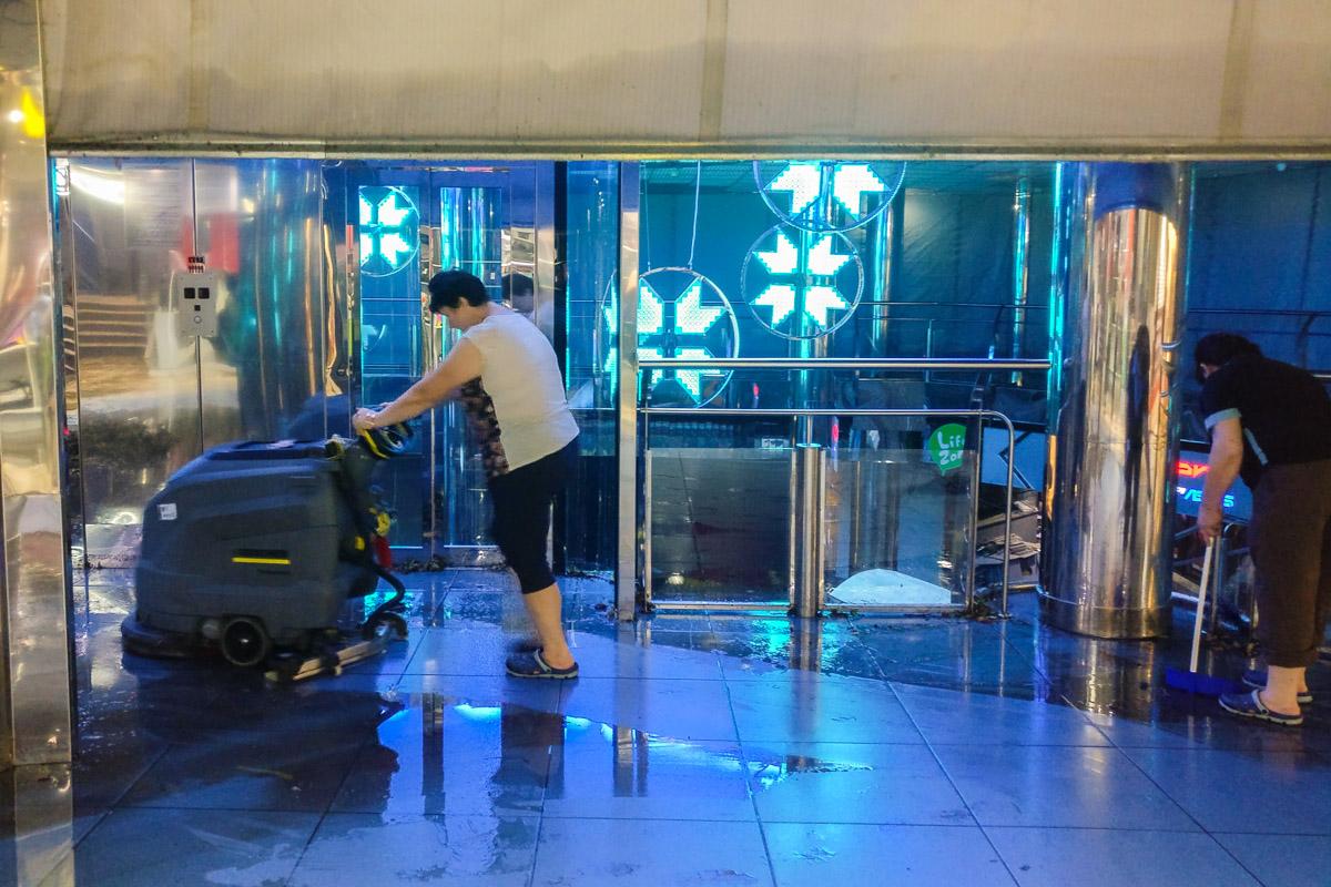 Работники торгового центра занимаются ликвидацией последствий потопа