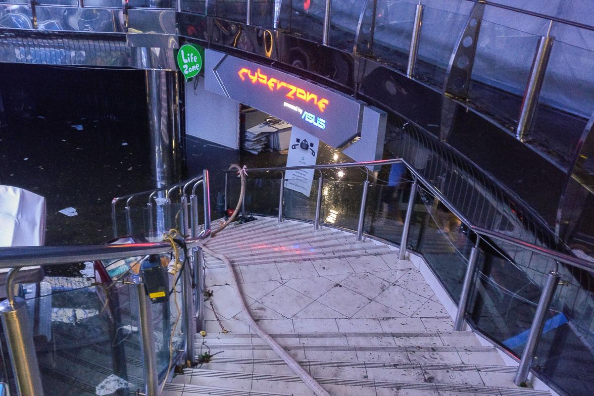 Помпы откачивают воду с нижнего этажа Метрограда