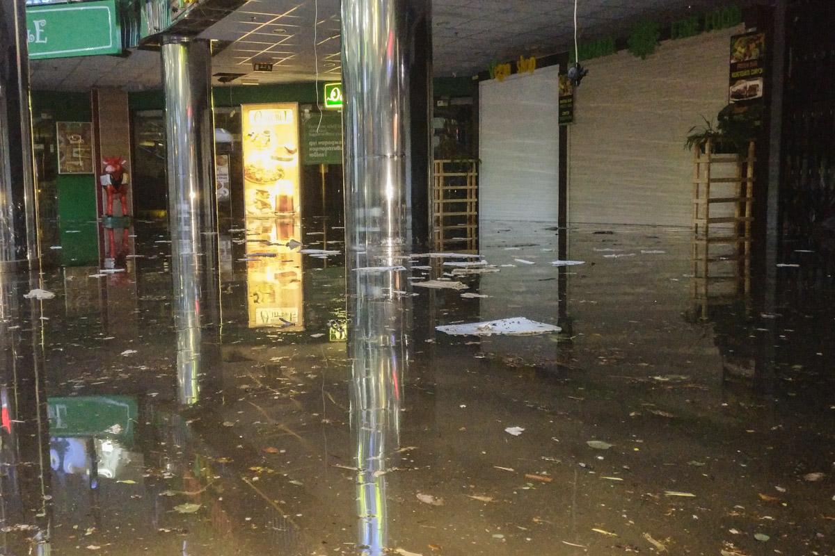 Пол нижнего этажа Метрограда полностью затопило водой
