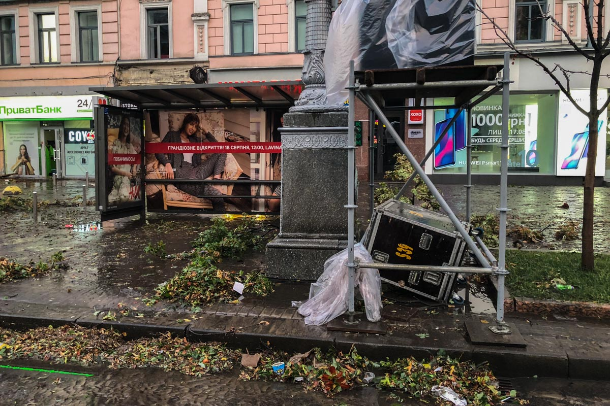 Коммунальщики убирают обломки деревьев и повалившуюся рекламу и другие конструкции