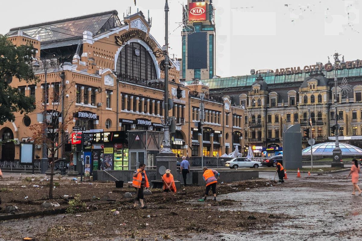 Участок дороги по центральной улице, который ночью был полностью затоплен, уже практически очистили