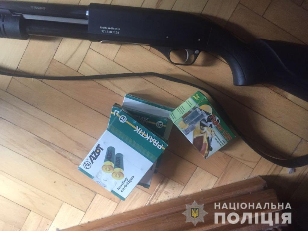 В квартире нашли патроны, шарики к пневматической винтовке и помповое ружье