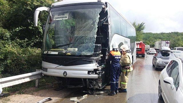 В Крыму пассажирский автобус столкнулся с грузовиком: пассажиры не пострадали