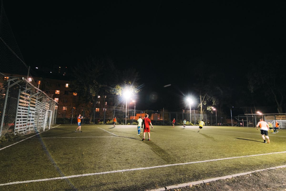 Поле для мини-футбола освещено
