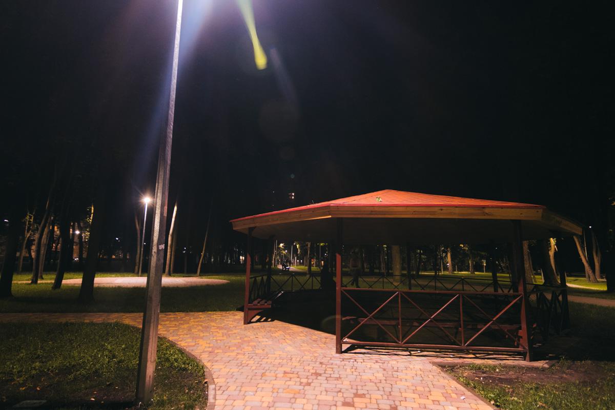 В парке есть беседки без освещения - для свиданий