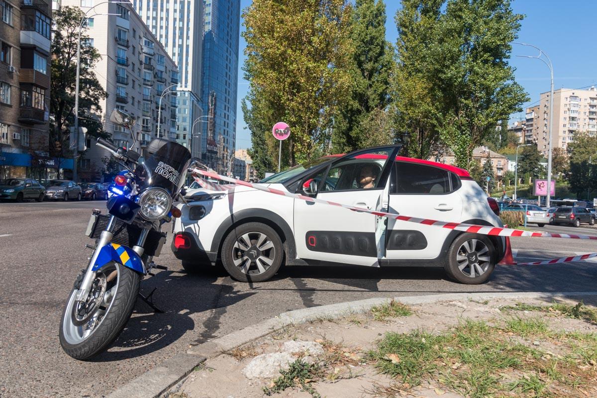 По словам полицейских, патрульный ехал по главной дороге, а водитель наCitroen выезжал со второстепенной