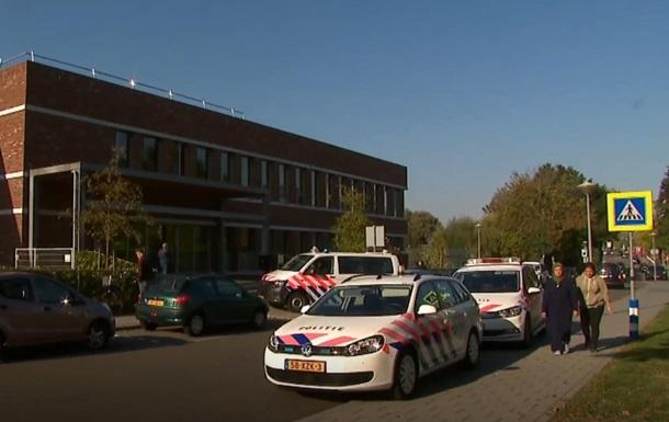 16-летний парень, вооруженный топором и огнестрельным оружием, ворвался в школу