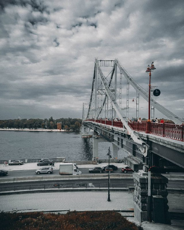 Пасмурное небо и Парковый мост. Фото: @oppositefocus