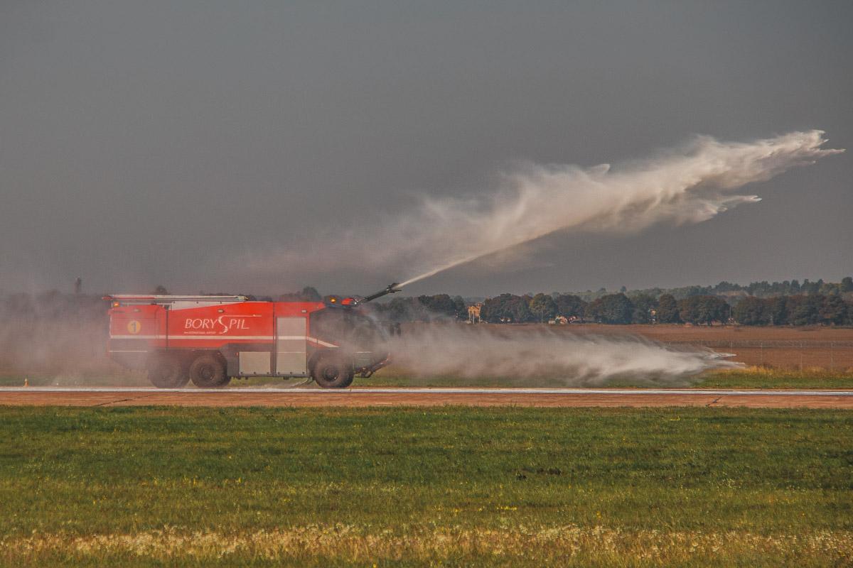 """Следом за """"аварийным"""" самолетом выехала пожарная машина"""
