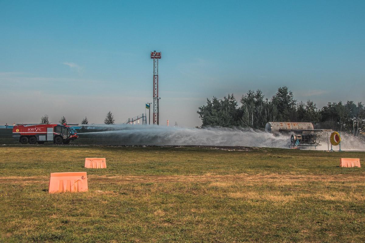 Тушение разлитого авиационного топлива