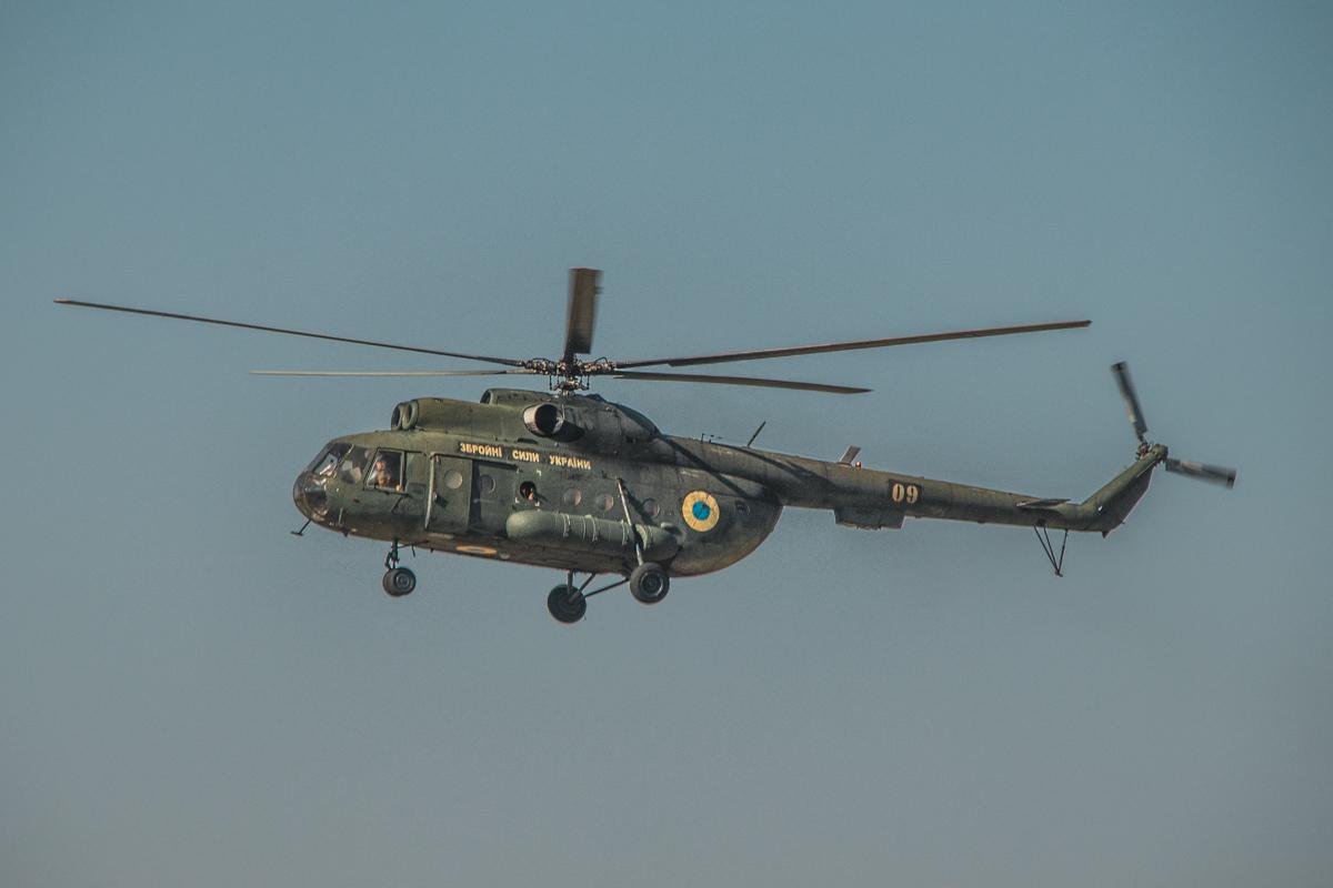 Военный вертолет МИ-8 с парашютистами на борту
