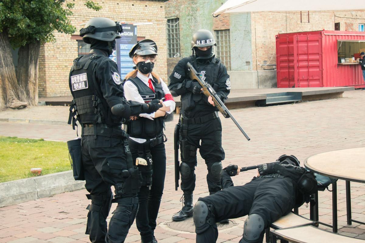 Вот такие вот анти-террористы встречали нас при входе