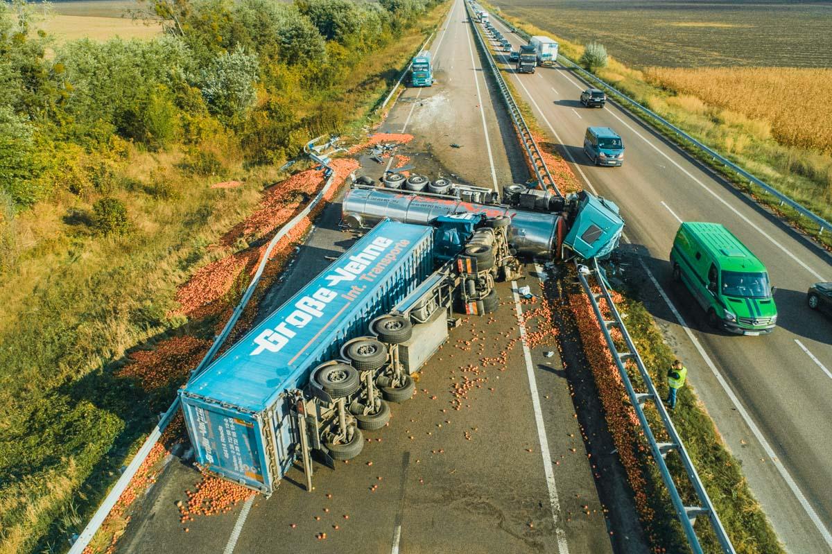 Яблоки на дороге также никто не убрал после аварии