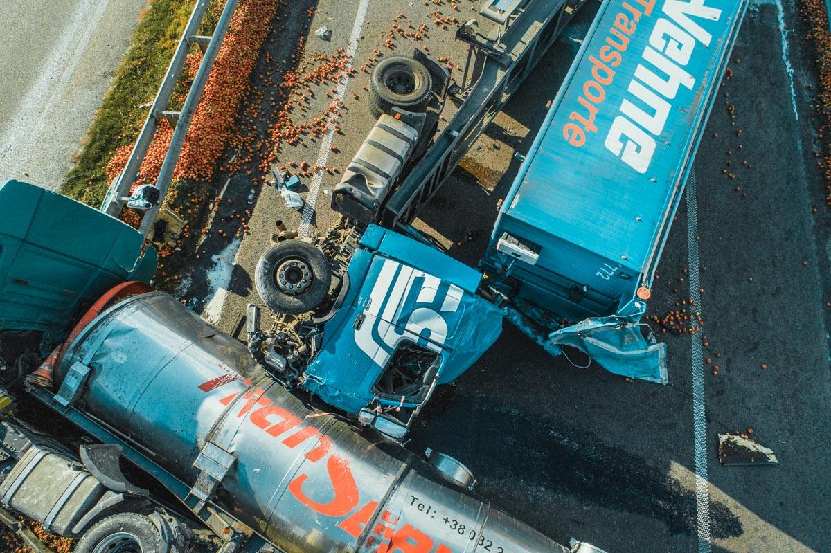 Из-за плохой видимости и отсутствия знаков объезда, водительMAN не заметил перевернутый грузовик и врезался в него