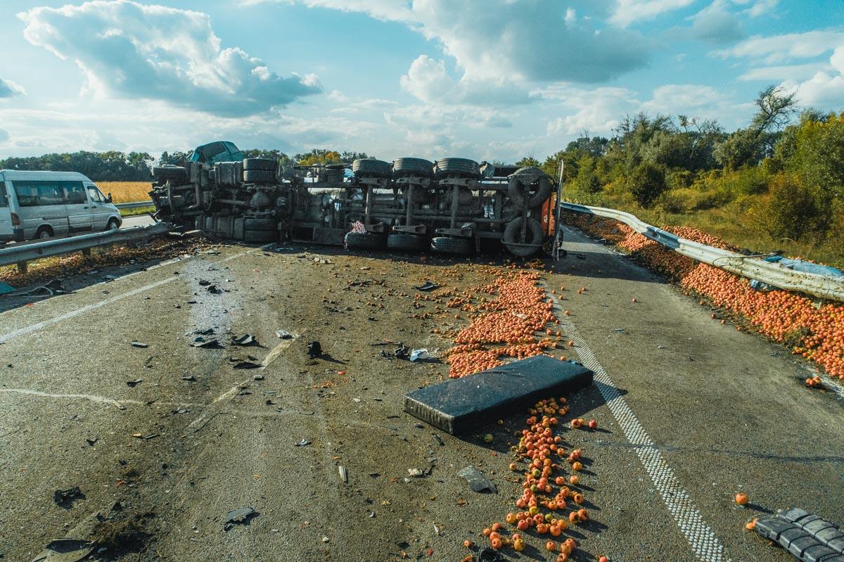 Фура MAN с молоком врезалась в опрокинутый набок грузовик Volvo