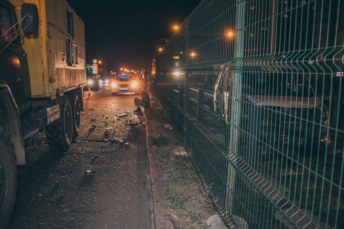В четверг, 13 сентября, на улице Борщаговской произошла авария с участием машины такси Renault Kangoo и маршрутки
