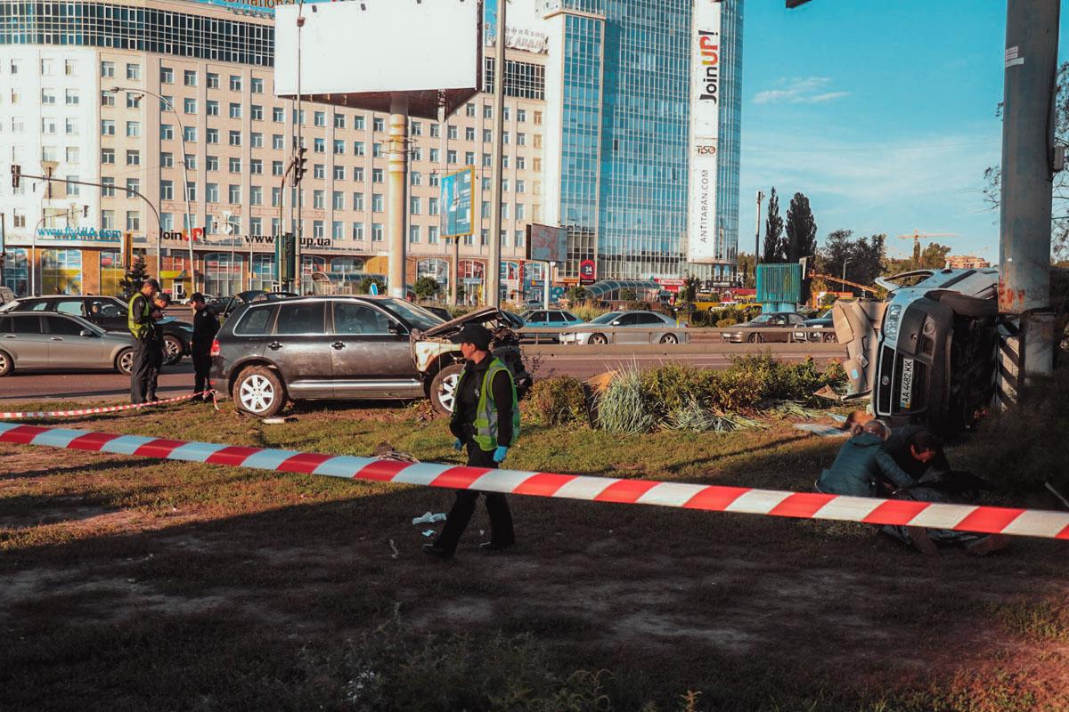 Возле метро Бориспольская столкнулись Volkswagen Touareg иFiat Doblo.