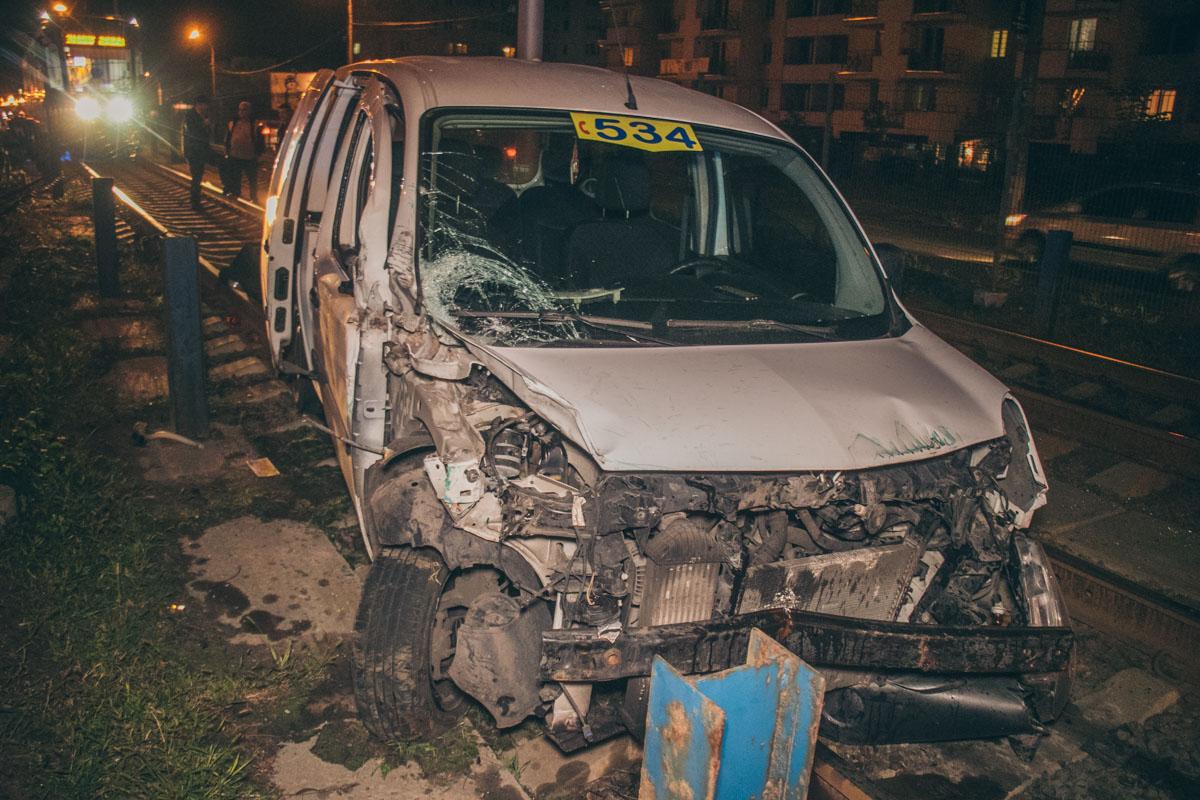 По словам очевидцев, водитель такси Renault на высокой скорости не справился с управлением