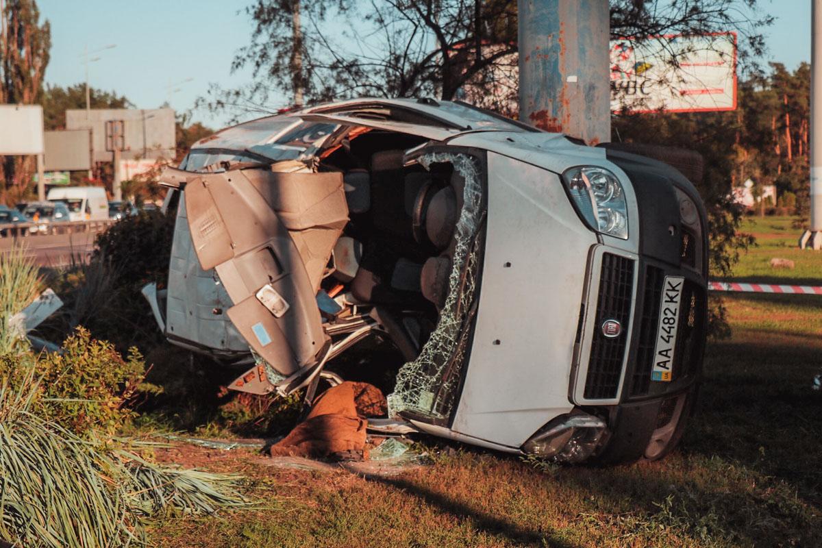 От столкновения Fiat Doblo вылетел на обочину и перевернулся