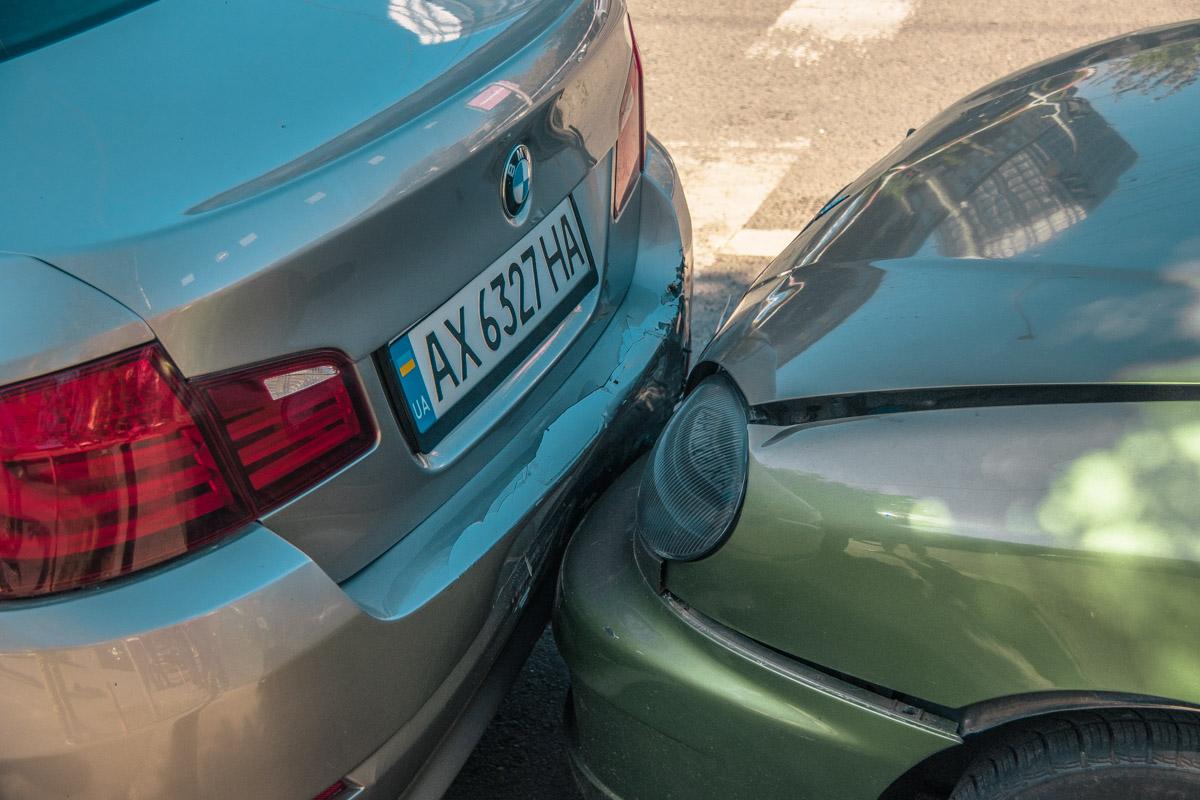 Машины были припаркованы у обочины
