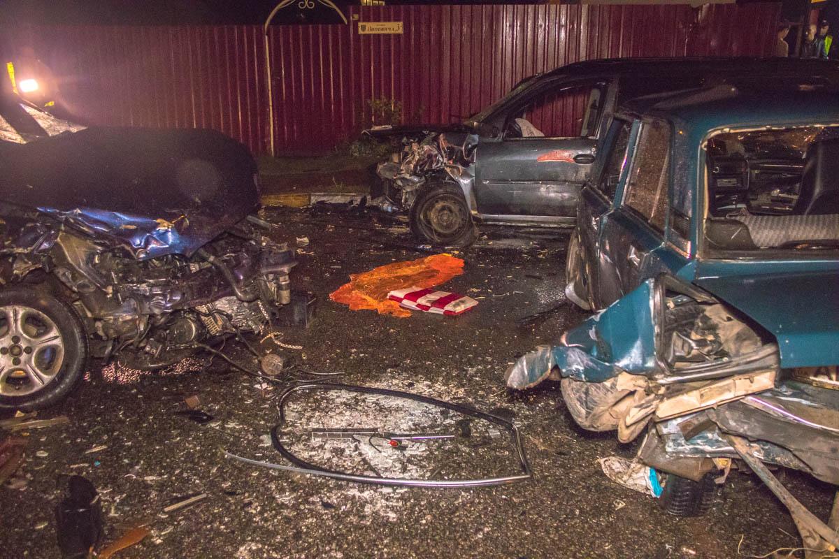 После лобового удара Opel и Dacia в автомобили врезался ВАЗ, а потом Opel