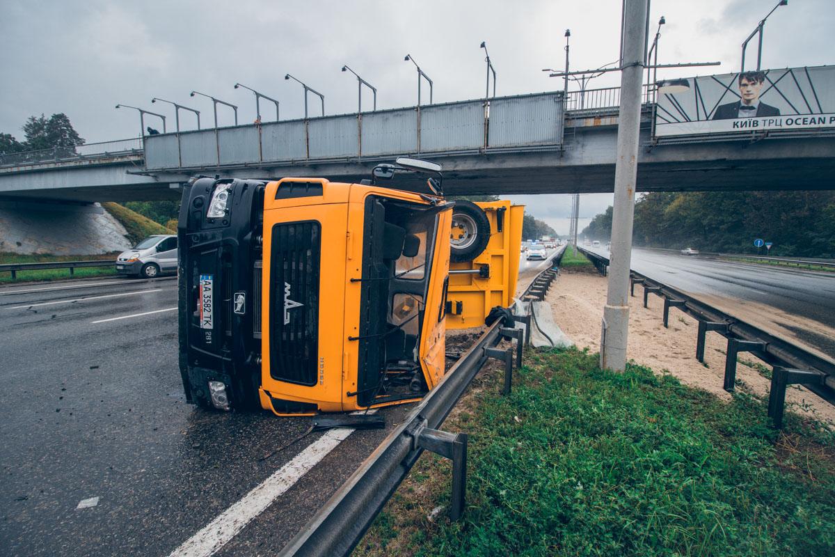 Под Киевом на Бориспольской трассе перевернулся грузовик