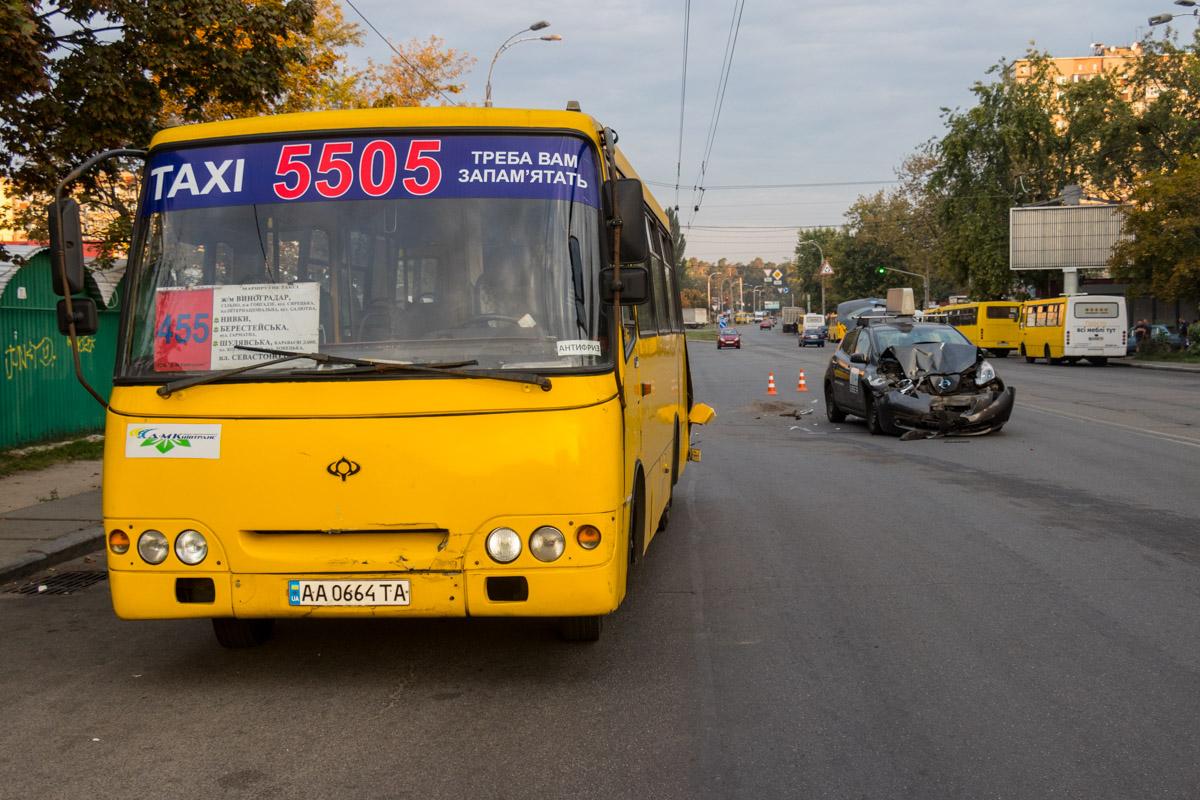 3 сентября по адресу проспект Свободы, 20 столкнулись маршрутный автобус «Богдан» №455 и Nissan Leaf службы такси Uber