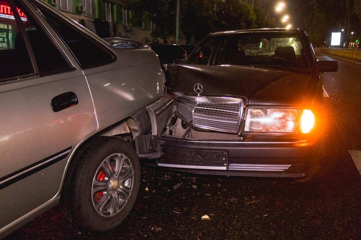 """От удара """"кореец"""" отлетел в стоящий перед ним автомобиль патрульной полицииHyundai Sonata"""