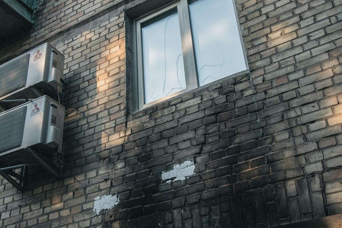 Таких трещин, по словам жильцов, несколько десятков