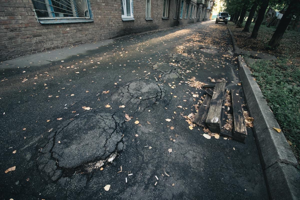 Из-под асфальта начали выпирать столбы, которые входят в систему, защищающую дом от оползней и сдвига почвы