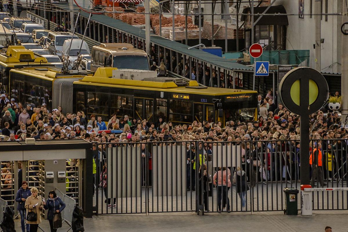 Толпы народа спешат на стадион