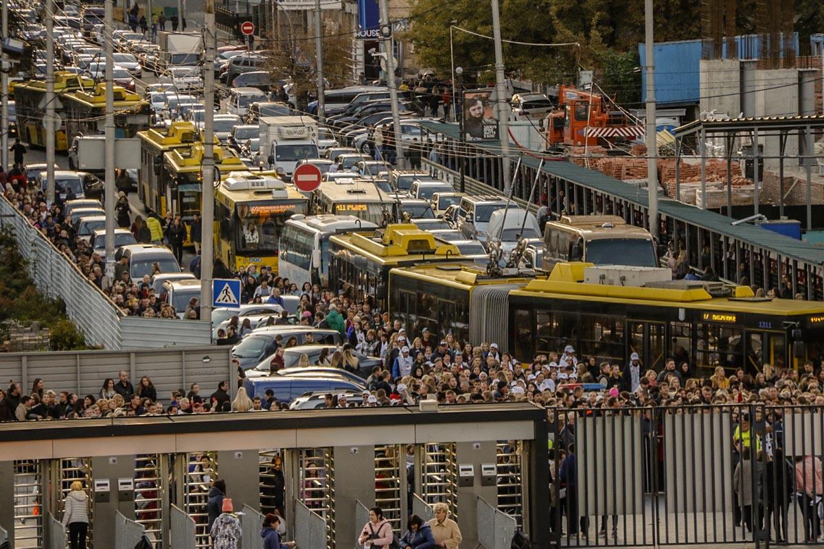 Пробка образовалась на улице Жилянская