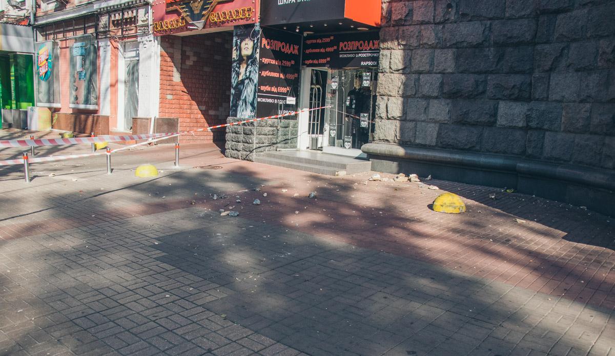 На тротуар упали крупные элементы балкона