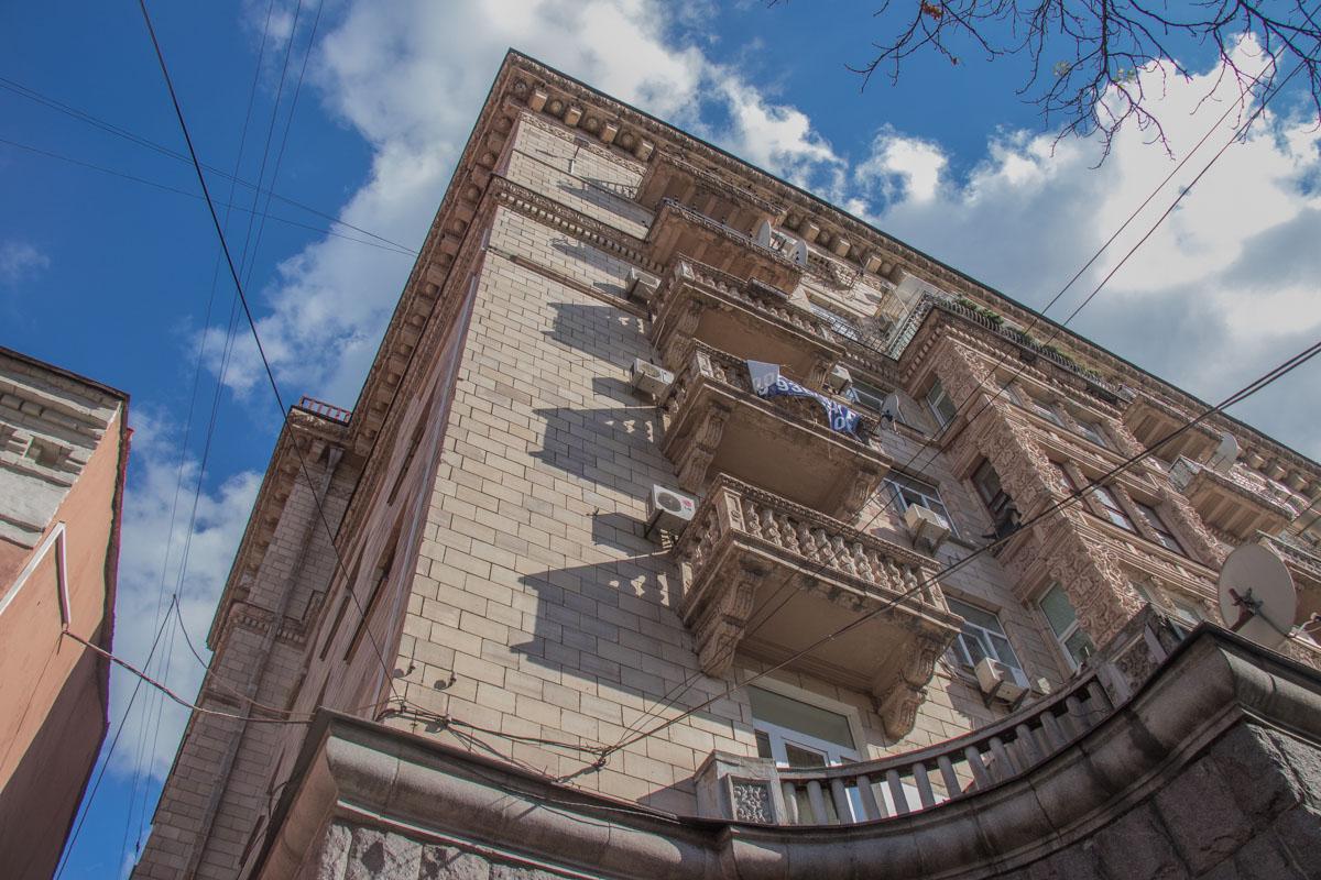 Обвалились элементы балкона на 8-м этаже