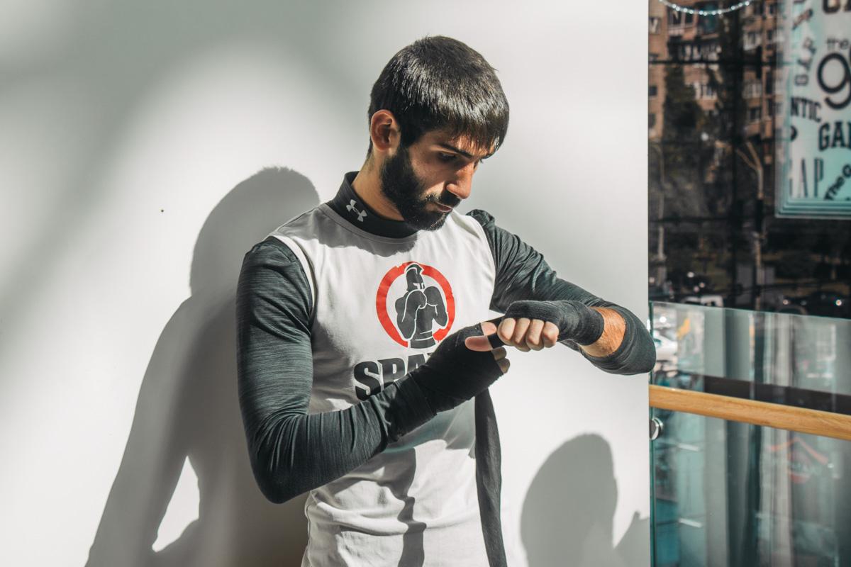Украинский боксерАрам Фаниян готовится к тренировке