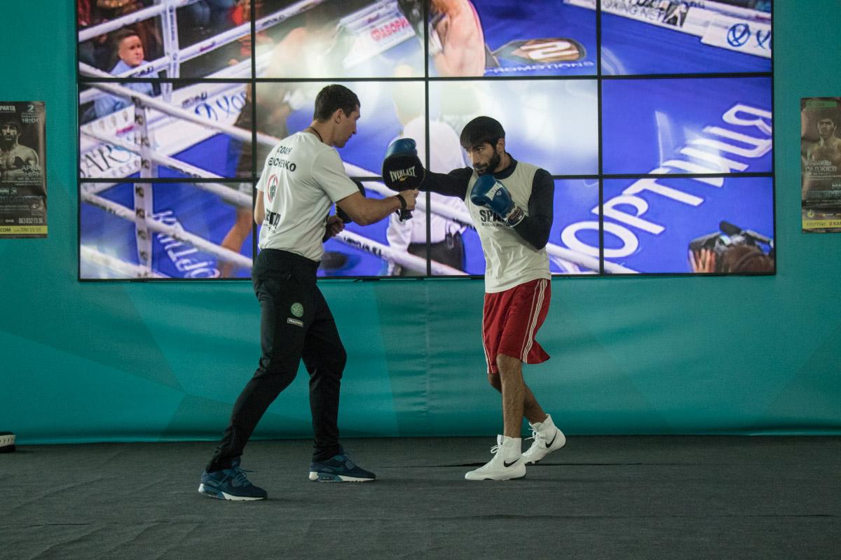 Молодые украинские боксеры проводят открытую тренировку в Ocean Plaza